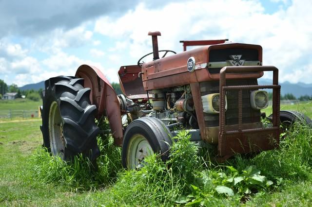 古い耕運機の写真