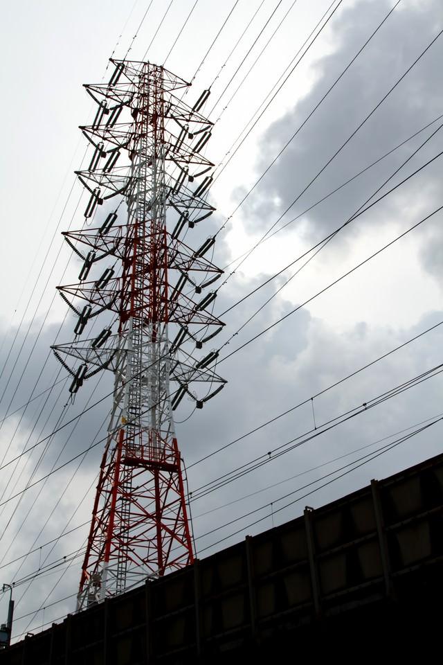 曇り空と送電線の写真