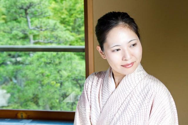 窓辺に座る着物の女性の写真