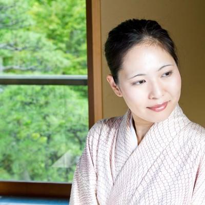 「窓辺に座る着物の女性」の写真素材