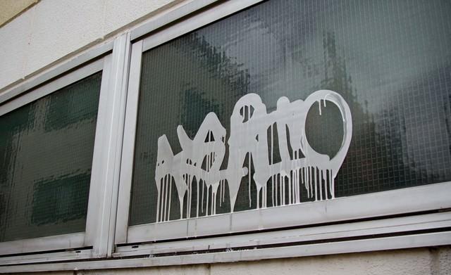 窓に書かれた落書きの写真