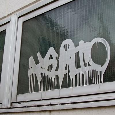 「窓に書かれた落書き」の写真素材