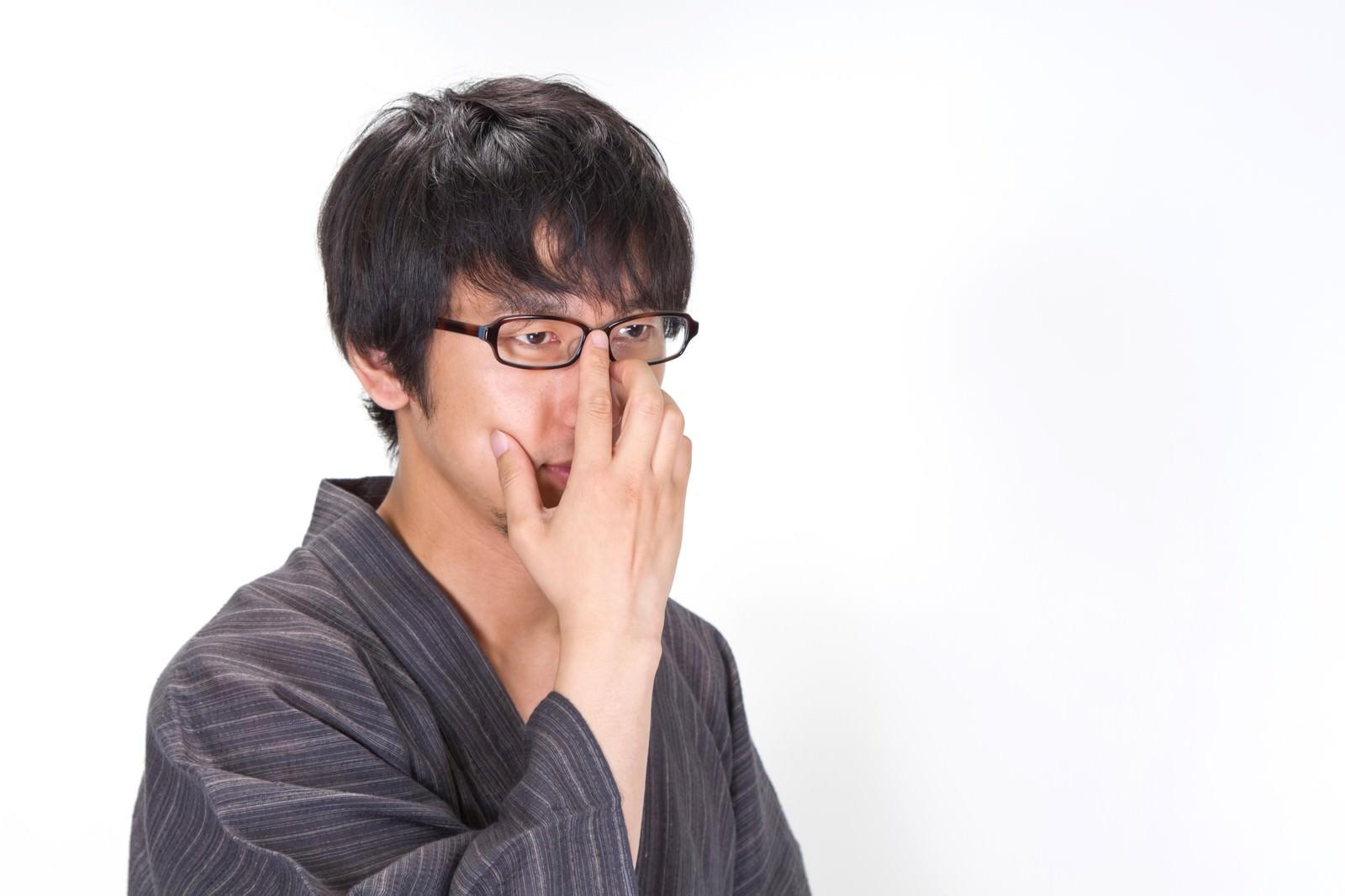 「眼鏡を直すプロ棋士のような浴衣男子」の写真[モデル:大川竜弥]