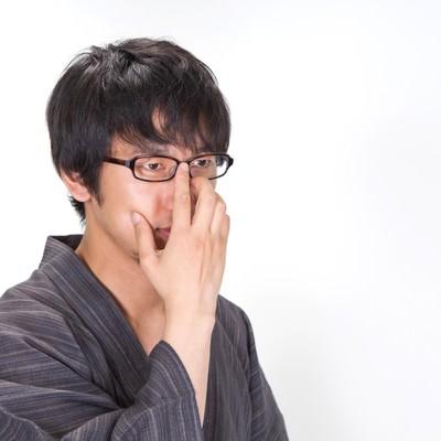 眼鏡を直すプロ棋士のような浴衣男子の写真