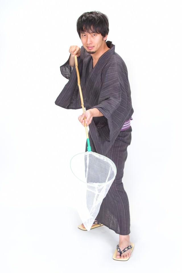 虫取り網でセイッ!浴衣男子の写真