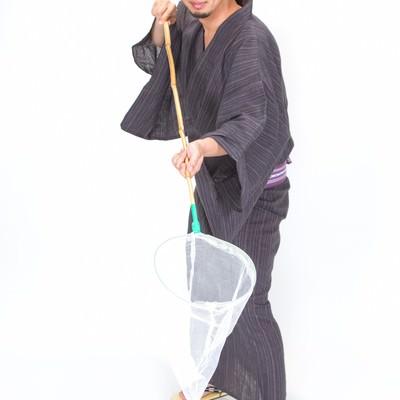 「虫取り網でセイッ!浴衣男子」の写真素材