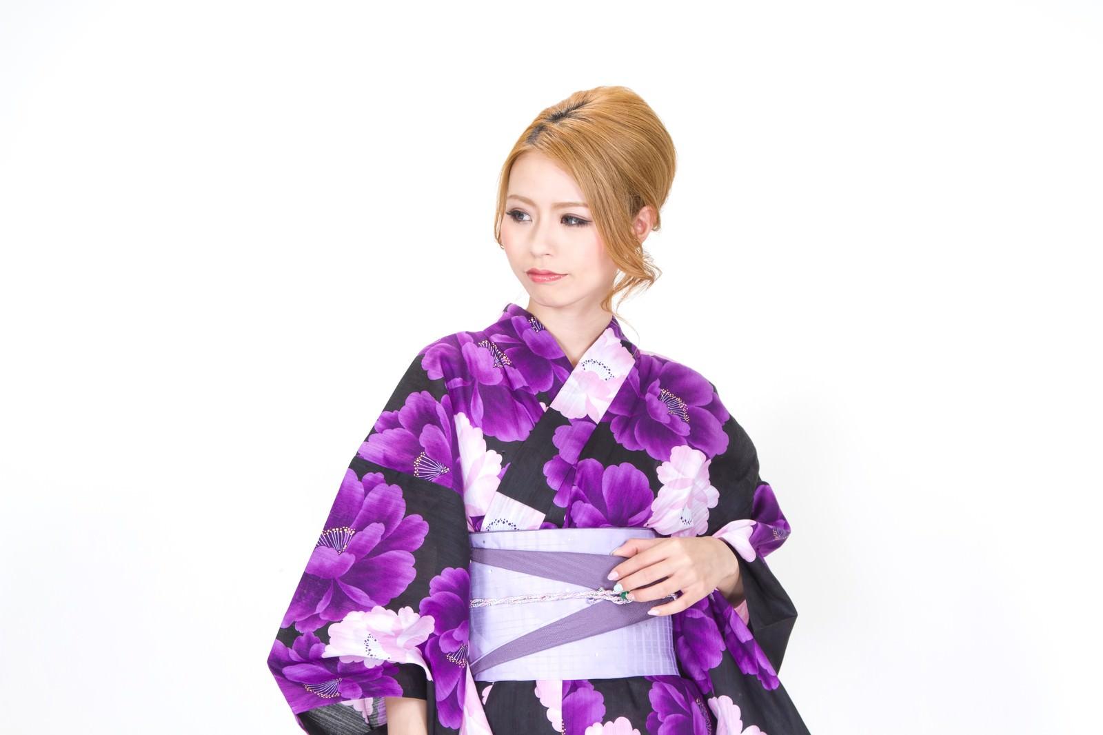 「視線を逸らす浴衣の女性視線を逸らす浴衣の女性」[モデル:吉川明奈]のフリー写真素材を拡大