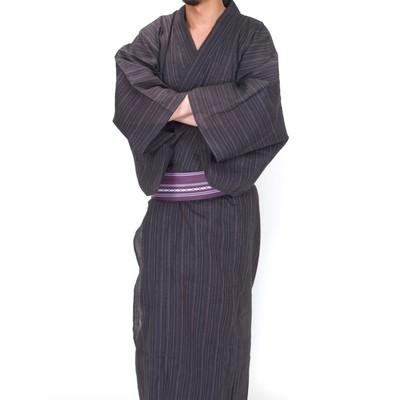 「袖に手を入れる浴衣眼鏡男子(全身)」の写真素材