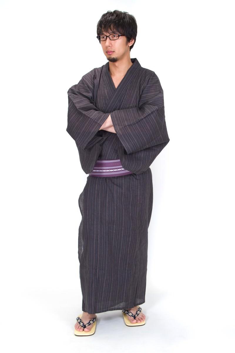 「袖に手を入れる浴衣眼鏡男子(全身)」の写真[モデル:大川竜弥]
