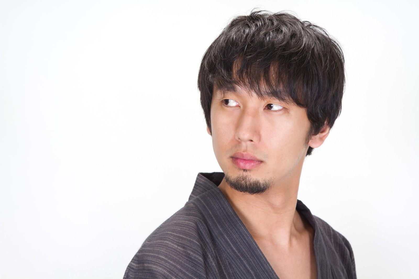 「後ろを振り返る浴衣を着た髭男子」の写真[モデル:大川竜弥]