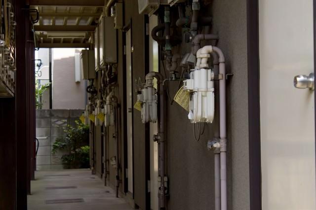 薄暗アパートの廊下の写真