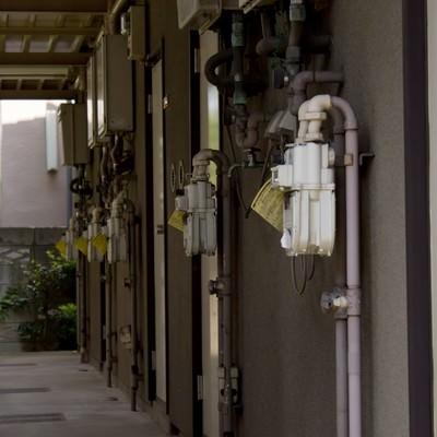 「薄暗アパートの廊下」の写真素材