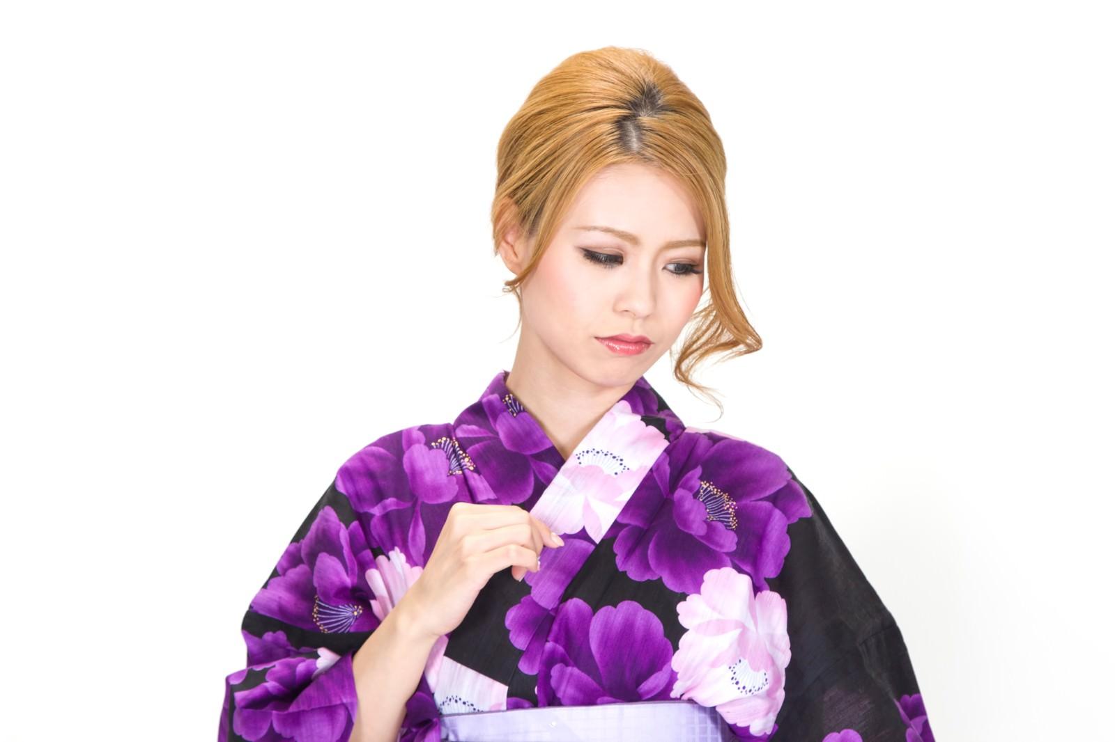 「寂しい表情の浴衣の女性」の写真[モデル:吉川明奈]