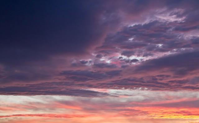 夕焼け色の空と雲の写真