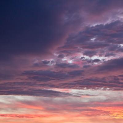「夕焼け色の空と雲」の写真素材