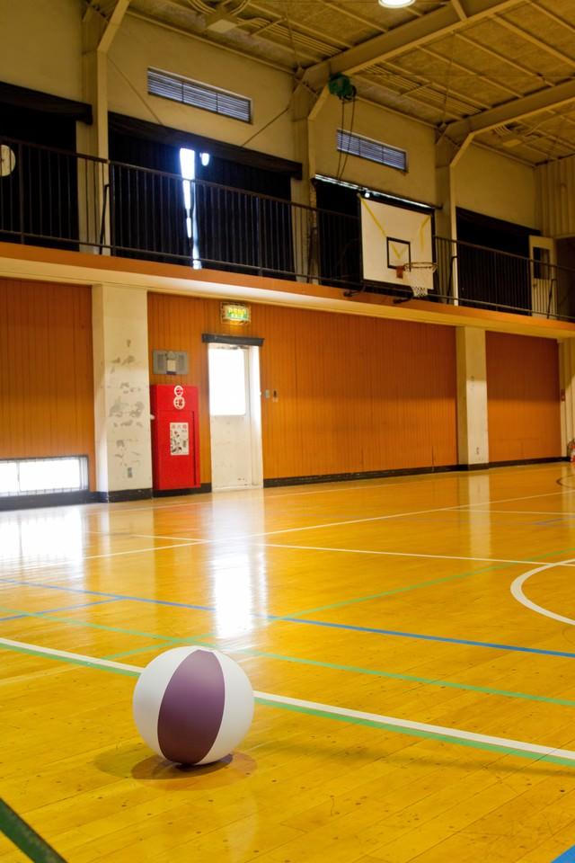 バスケットゴールと学校の体育館の写真
