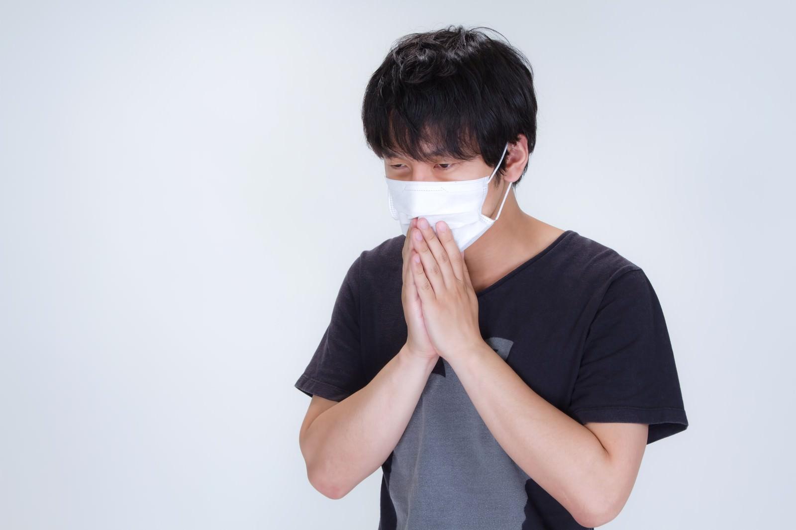 「半袖を着てマスクをする男性」の写真[モデル:大川竜弥]