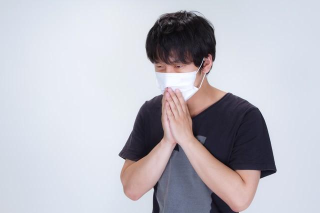 半袖を着てマスクをする男性の写真