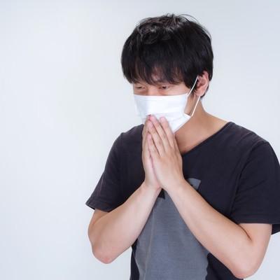 「半袖を着てマスクをする男性」の写真素材