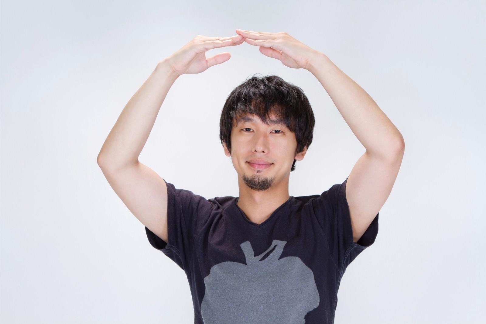 「『正解!』丸を作る男性『正解!』丸を作る男性」[モデル:大川竜弥]のフリー写真素材を拡大