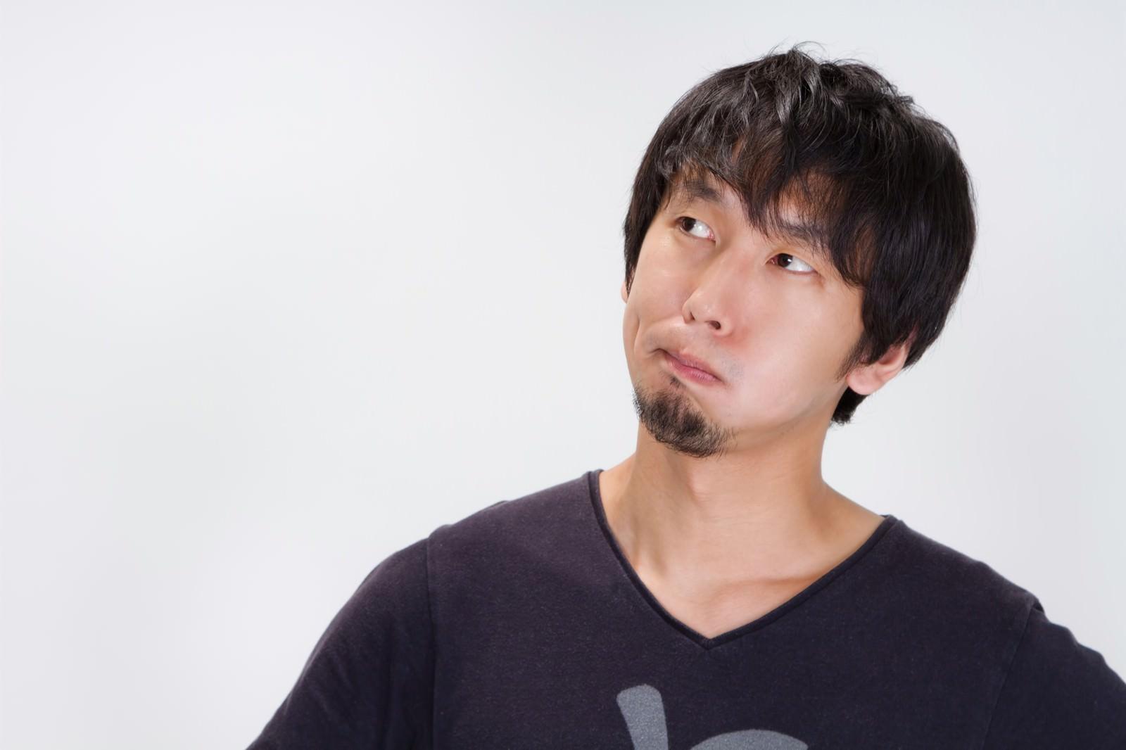 「しかめっ面をする男性 | 写真の無料素材・フリー素材 - ぱくたそ」の写真[モデル:大川竜弥]