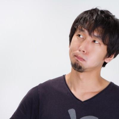 「しかめっ面をする男性」の写真素材