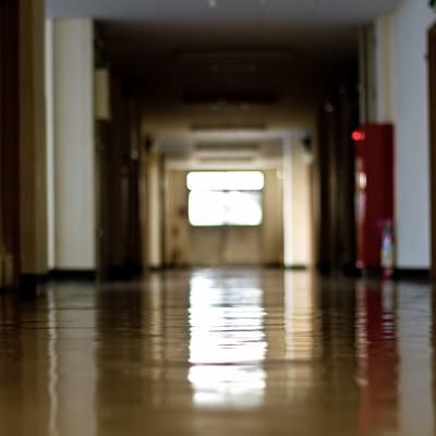「薄暗い校舎の廊下」の写真素材