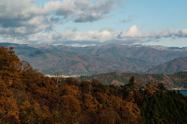 茶色く色づく山々の写真