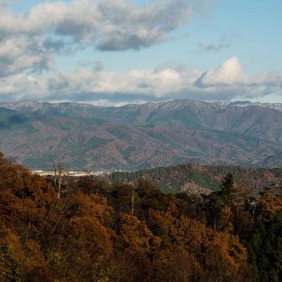 「茶色く色づく山々」の写真素材