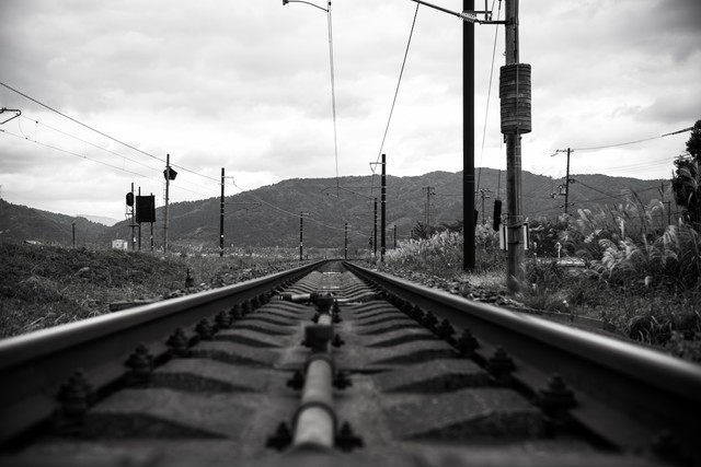 灰色の線路の写真