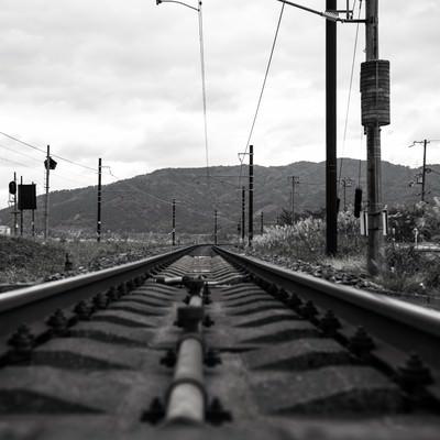 「灰色の線路」の写真素材