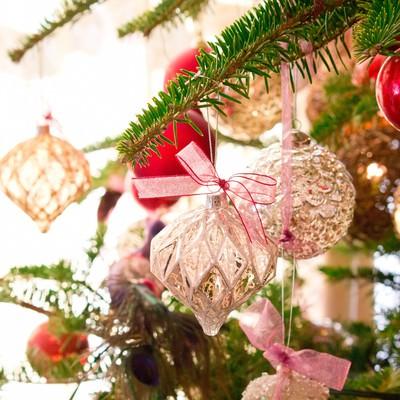 クリスマスのキラキラした飾りの写真