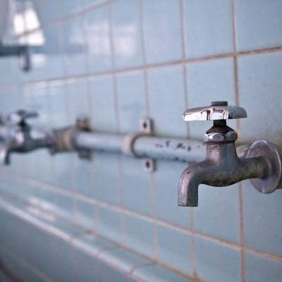 「廃校のタイルの手洗い場」の写真素材