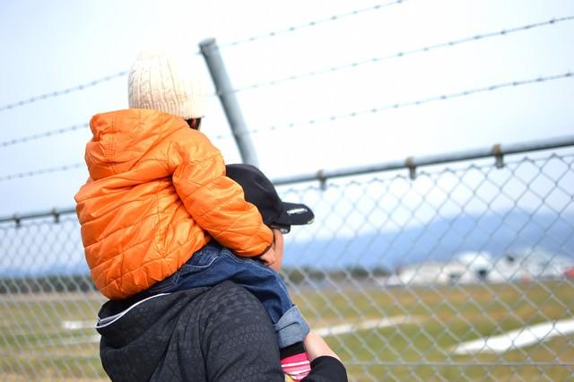 フェンスと肩車をした親子の写真