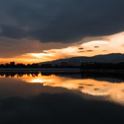 「夕焼けと反射する水面」の写真素材