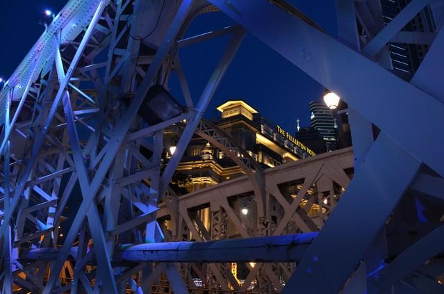 シンガポールのFullertonhotelと鉄橋の写真