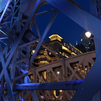 「シンガポールのFullertonhotelと鉄橋」の写真素材