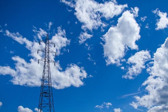 青空・雲と送電線の写真