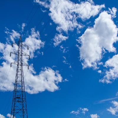 「青空・雲と送電線」の写真素材