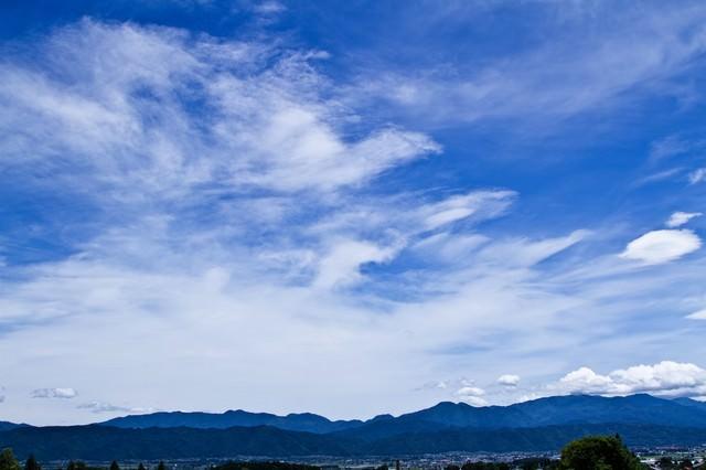 遠目のアルプスと青空の写真