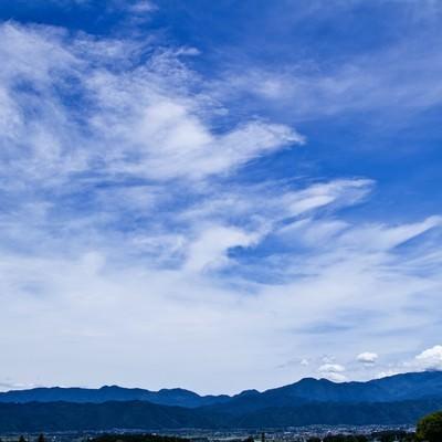 「遠目のアルプスと青空」の写真素材