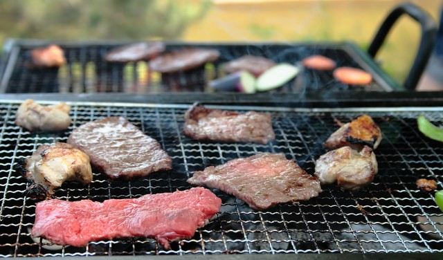 お肉を焼くバーベキューの様子の写真