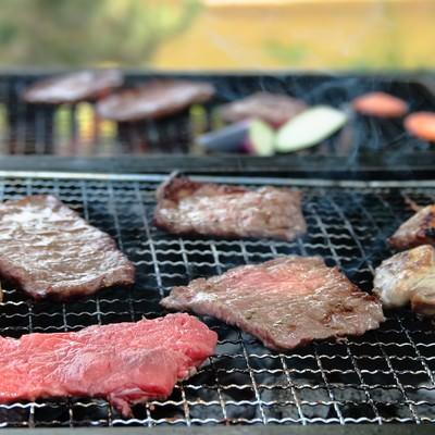 「お肉を焼くバーベキューの様子」の写真素材