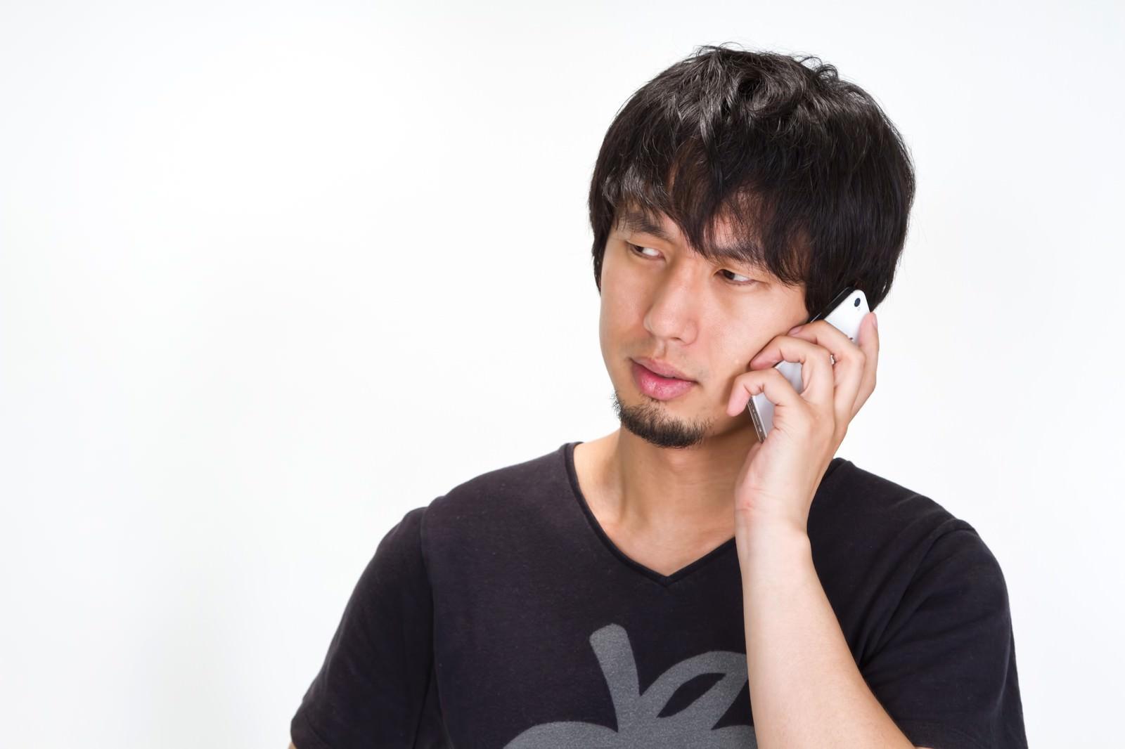 「電話しながらマジギレする男性」の写真[モデル:大川竜弥]