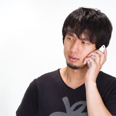 電話しながらマジギレする男性の写真