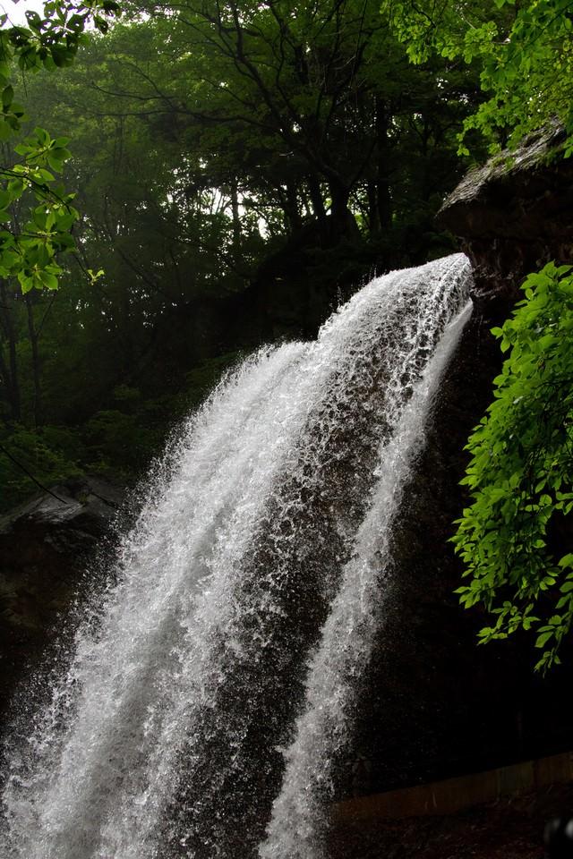 豪快に流れる雷滝の写真