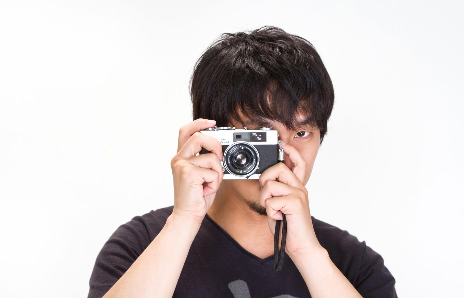 「「見逃さない!」カメラを構える男性 | 写真の無料素材・フリー素材 - ぱくたそ」の写真[モデル:大川竜弥]