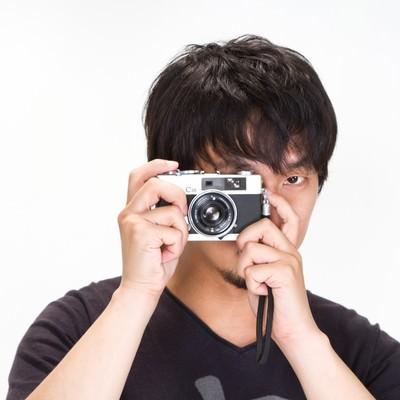 「「見逃さない!」カメラを構える男性」の写真素材