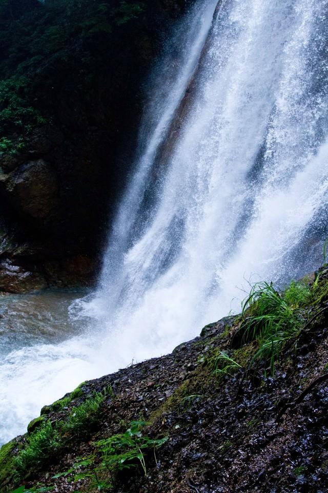 しぶきをあげる滝の写真