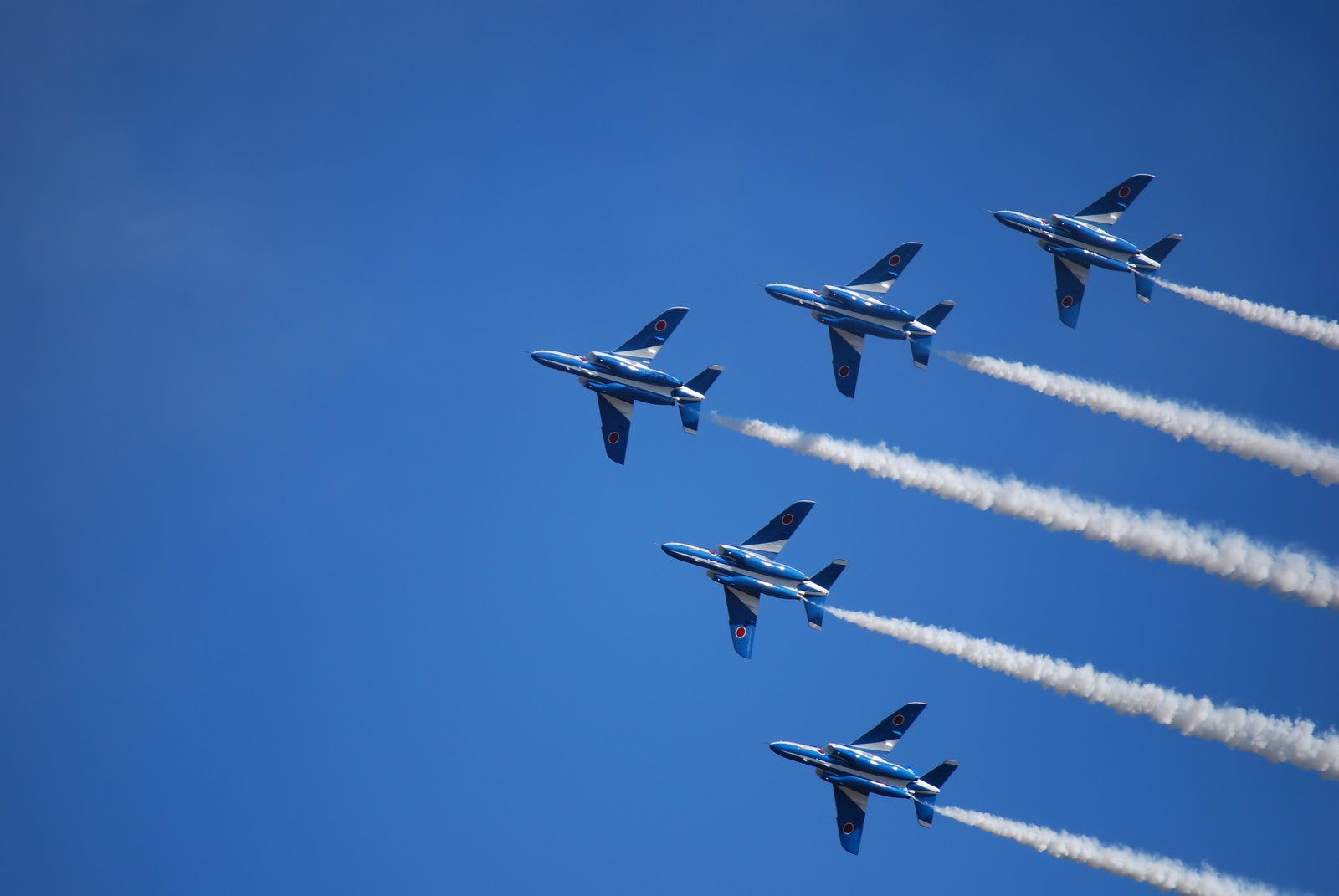「入間航空際のブルーインパルス(T-4)入間航空際のブルーインパルス(T-4)」のフリー写真素材を拡大